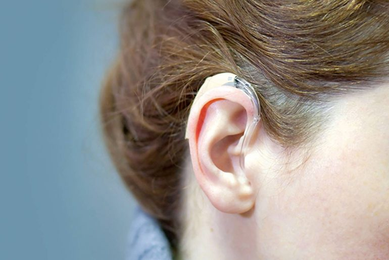 Un appareil auditif avec des piles auditives